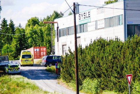 TRAGISK ULYKKE: Politiet etterforsker dødsulykken i et verksted på Sysle som et arbeidsuhell og en tragisk ulykke.