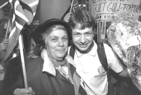 GULLGUTTEN: Mor Helga var på plass på Fornebu i 1993, da Ole Einar Bjørndalen kom hjem som gullgutt fra junior-VM.
