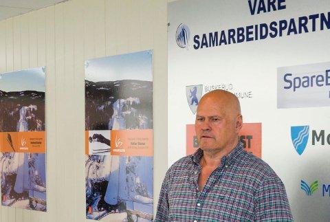 TAR IMOT TOPPENE: Albert Kr. Hæhre tar imot representanter for regjeringen og toppene i norsk næringsliv til konferanse i hoppsenteret i mars.