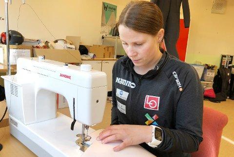 EN RACER: På symaskin. Line Jahr jobber nøye med alle detaljer. Også når det gjelder utformingen av hoppdressene til hver enkelt utøver.