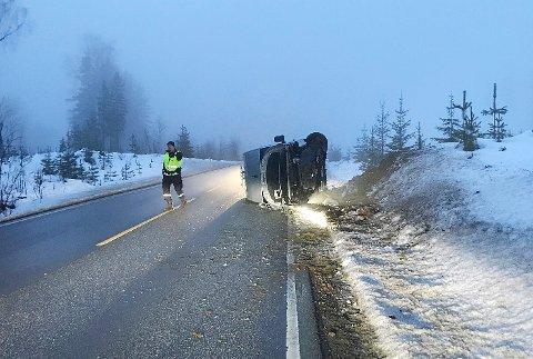 VELTET: En varebil har veltet på fylkesvei 280 like ved avkjøringen til søppeldynga og skytebanen mellom Kløftefoss og Krøderen.