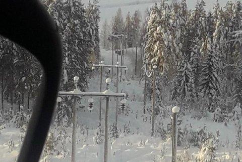 MYE SNØ: Dette bildet er fra fjorårets vinter, men situasjonen er svært lik i år. Derfor rykker Midtfkraft ut med helikopter for å bokstavelig talt blåse linjene rene for snø fredag.