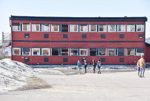 KOMMUNELEGEN AVGJØR: Kommunestyret i Øvre Eiker går inn for at brakkene i skolegården på Hokksund skole fortsatt skal brukes. Til syvende og sist er det kommunelegen som avgjør. En endelig avgjørelse faller i mai.