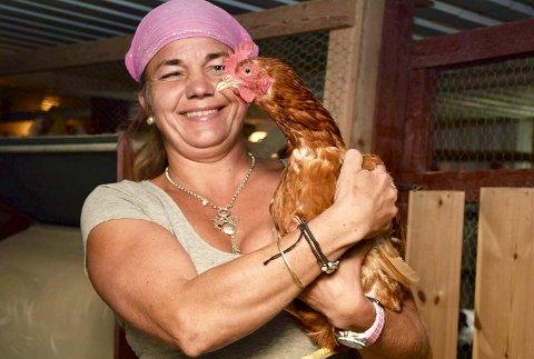 TIL SALGS: Hanne Høne Veikåker selger alle hønene sine etter at Matilsynet har satt ned foten.