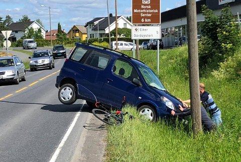 ULYKKE: En eldre mannlig sjåfør skal ha kjørt vinglete en stund, før han kjørte i grøfta rett ved Hokksund Auto i Hokksund.