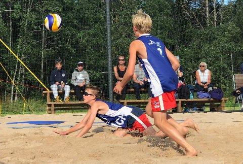 FINALEKLARE: Mads Roness (t.v.) og Jonah Andre Lyngaas Kjemperud er klare for finale i 15-årsklassen i junior-NM i sandvolleyball.