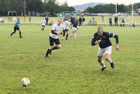 KLARE FOR A-SLUTTSPILL: Henrik Skøien og Modum FKs juniorer gikk ubeseiret gjennom gruppespillet og er klare for A-sluttspillet, som starter i dag.                  Foto: Privat