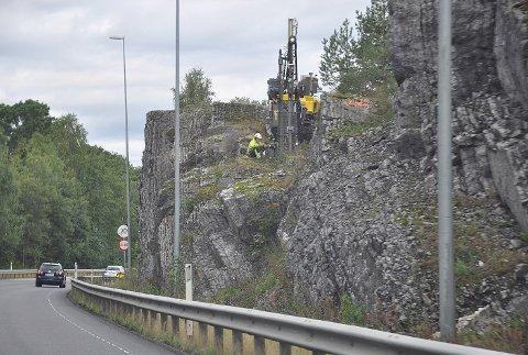 STENGES HELT: Veien mellom Mjøndalen og Hokksund stenges helt fra 23. august til mandag 26. august på grunn av sprengning.