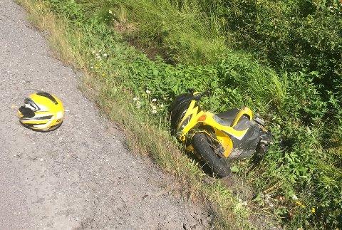VELTET UT I GRØFTA: Kvinnen sier hun fikk sleng og veltet ut i grøfta med mopeden sin.