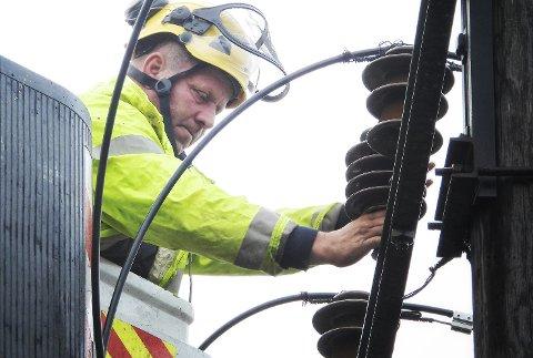 REPARERER: Erik Rydgren i Midtkraft bytter isolatorer på en trafo ved Gullhaug på Snarum etter det kraftige uværet natt til torsdag.