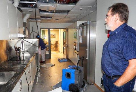 VANNSKADER: Virksomhetsleder Audun Eriksen beskuer lekkasjen som forårsaket store skader på kjøkkenet til lindrende avdeling på Nye Modumheimen natt til 29. august. Bildet er tatt samme morgen.