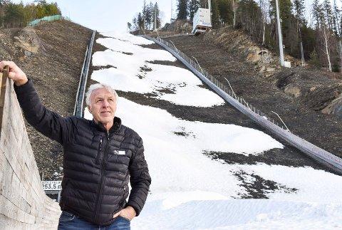 BEROLIGER: Bakkesjef Odd Brandtenborg sover godt om natten selv om det er bart rundt verdens største hoppbakke før Raw Air-finalen om halvannen måned. – Det er nok snø i haugene dere ser, sier han.