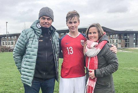 LANDSLAGSSPILLER I FOTBALL: Andreas og Irene Bauer sammen med sønnen Mathias, som spiller på det norske G16-landslaget.