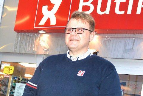 TØFF TID: Ole Kristian Navrud driver både drosjer og bensinstasjon i Vikersund, og har vært gjennom en tøff tid. Særlig drosjene står det dårlig til med.