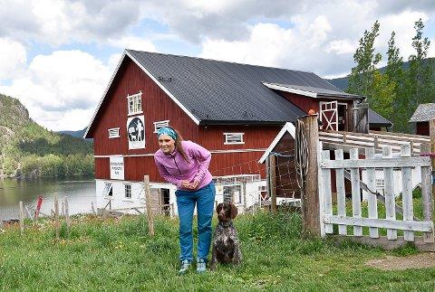 MER TID: Færre hunder på gården betyr mer tid på de som kommer på gårdsferie. Her øver hundetrener Trine Gran Lien på apport med hunden Exo.