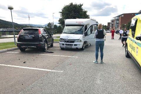 SOLID SMELL: Bobilen har sørget for en solid smell i møtet med to parkerte biler.