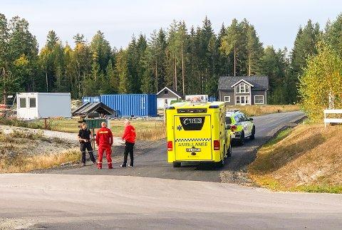 RYKKET UT: Både politi og helsepersonell rykket tirsdag ut for å ta seg av den truende mannen i Badeveien.