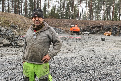 PUKKVERK: Per Olafsbye hos Snarum Pukkverk gleder seg over vår. Det betyr at byggingen av asfaltverk er i gang, samtidig som kundene igjen har behov for masser.