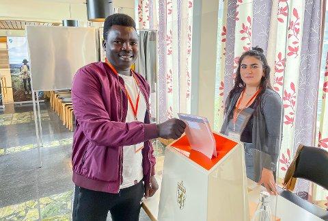 VALGMEDARBEIDERE: Gamar Mousa (t.v.) og Olavin Hamo bidrar ved forhåndsvalglokalet på rådhuset i Vikersund. Bare for ordens skyld, nevner vi at denne stemmeseddelen er til ære for fotografen, den ble ikke lagt i urna.
