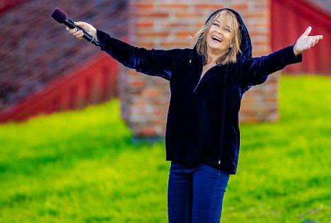 KONSERT: – På grunn av koronaen  er det kun solgt 80 billetter til hver konsert. Det blir bokstavelig talt derfor skikkelige intimkonserter vi skal ha med Wenche Myhre, sier Mona Olsen ved Haglebu Fjellstue.