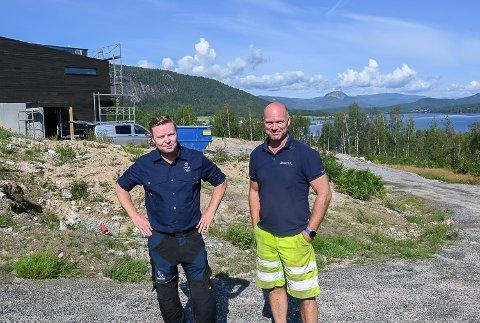 FORNØYDE UTBYGGERE: – Med 12 solgte tomter ligger vi godt foran målet om å selge de 22 tomtene i Sandsbråten Panorama i løpet av ti år, sier Gunbjørn Vidvei (t.v.) og Rolf Hagajordet.