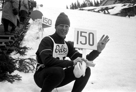 NY VIKERSUND-REKORD: 3. desember 1967: Østerrikeren Reinhold Bachler hopper 154 meter. Bachler holder 150 meters skiltet og legger på fire fingre i tillegg. FOTO: AASERUD/NTB SCANPIX
