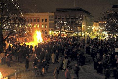 2000-varden ble tent: Fullt av folk på torget for å delta på vardetenning og fakkeltog nyttårsaften for 18 år siden.