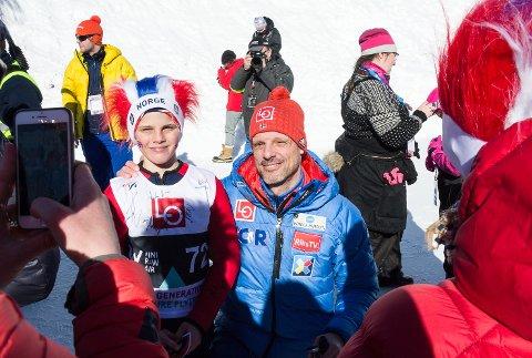 SELFIER: Landlagstrener Alexander Stockl og resten av de norske hopperne møtte opp når det ble arrangert mini Raw Air ved siden av monsterbakken i Vikersund søndag formiddag.