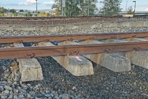 Slik ser grunnen under jernbanesporene på Dammen stasjon ut.