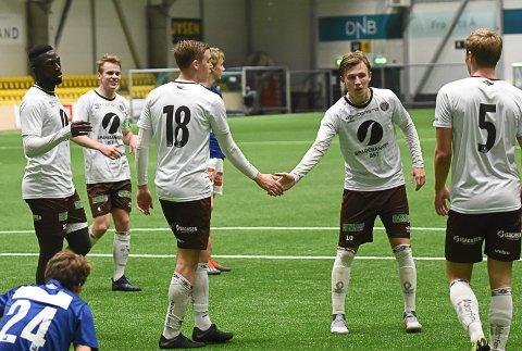 MIF-JUBEL: Her har Andreas Hellum (Nr. 18) nettopp gitt Mjøndalen ledelsen 1-0 etter 86 minutter, og blir gartulert av Sebastian Hansen.
