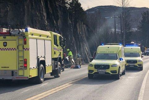 ULYKKE: En personbil har kjørt i fjellveggen i Katfosshellinga på riksvei 35 i Geithus. Foto: Thormod R. Hansen