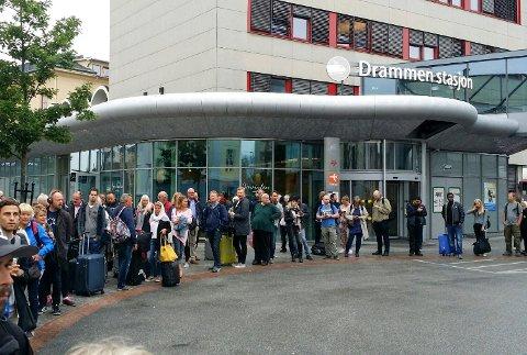 Buss for tog skaper noen ganger kø og plunder for reisende.  Dette bildet fra 2017 ble tatt i forbindelse med arbeider på Sørlandsbanen mellom Drammen og Kongsberg. Forhåpentligvis blir det mindre køer nå i mai.