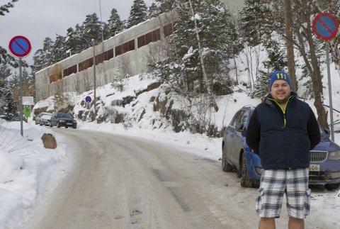 Kaos: Frank-Erik Knudsen er parkeringsansvarlig i Furulia borettslag. Han rapporterer om parkeringskaos og utfordringer i Jupiterveien på Stenseth. Nå jobber borettslaget med muligheten for å taue bort feilparkerte biler.