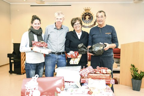 STOR VEKST: Lill-Kristin Palm (f.v.), Olav Rotevatn, Reidun Åreskjold og Robert Sand i Nedre Eiker er glad for å hjelpe, men bekymret over den ekstreme økningen av folk som trenger hjelp fra dem nå før jul.