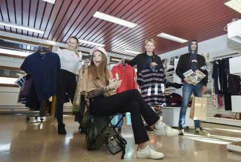 Eiker bruktbutikk: Hedda Fjellheim (f.v.), Amalie Madsen Larsen, Jørgen Barosen og Samim Asadi.