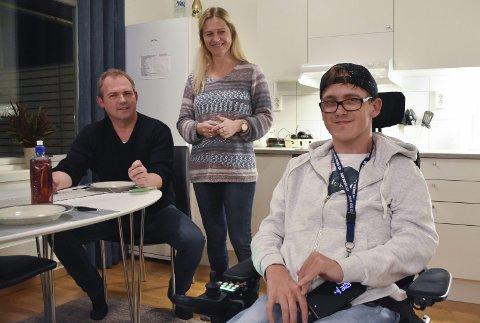 Kristoffer Nordhagen får etter to års kamp BPA. Her sammen med mor Lill-Eva og far Roy Nordhagen.