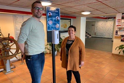 REKTORLAGET: Assisterende rektor Stian Høyen og rektor Eli skille er glad for at elevene har vendt tilbake. De reflekterer de siste to måneder og nå starter siste innspurt før sommeren.