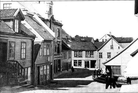 FØR BRANNEN: Før brannen i 1922 hadde rådhuset saltak. Det kan vi skimte på dette bildet frå Rådhusplassen like etter hundreårsskiftet.