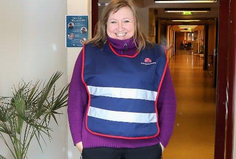 PÅ VAKT: Leiaren for Frivillighetssentralen i Florø, Bente Nilsen tok den første portvakta då Krokane sanitet tok på seg vakttenste på Furuhaugane Omsorgssenter.