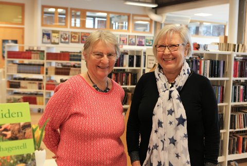 KURSING: Edith Bjørg Bjørnseth og Judith Domben nyttar seg av tilbodet til Seniornett Florø.
