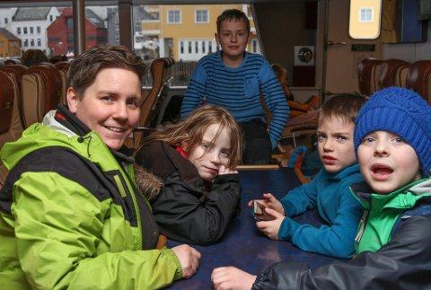 PÅ HEIMVEG: Aud Norunn Vig saman med tvillingane Ina Marie og Stein Erik Vig og Sindre André Vig (bak), pluss Willem L. Hovden (framme t.h.)
