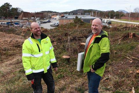 NYBYGG: T.v. Formann Erlend Grønsberg og dagleg leiar Knut Einar Grønsberg på synfaring på tomta der dei no skal bygge det nye forretningsbygget sitt.