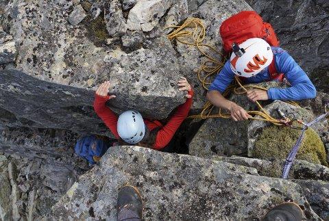 Utfordrande: Gjennom kaminen til ei smal fjellhylle er dagens crux.