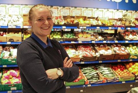 TRIVST PÅ JOBBEN: Kari Mydland jobbar på Rema1000 på Amfi. Ho tener mindre enn 350.000 kroner i året, men synest ho har nok til å leve av. Trivselen på jobb er viktigast, og den er på topp, seier ho.