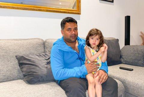 SEINT OPPE: Hazeem Riyas (43) og dottera Selma Riyas (2) var langt over leggetid då det brann på Viebøen. Dei er glad for at det gjekk bra med alle.