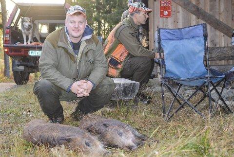 VILLSVIN: Morten Dokke med to villsvin han har skutt.