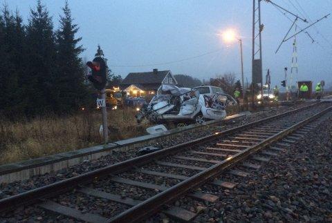 Totalskadd: Sjåføren kom seg heldigvis ut av bilen før det smalt ved jernbaneovergangen på Rådesletta i morgentimene.