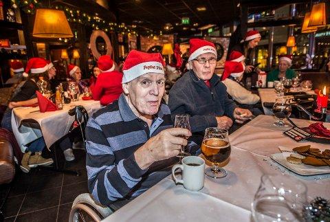 Skålte: Paul Dahlgren og Egil Rolf Olsen  fra Fjeldberg sykehjem koste seg med kaffe, øl og cognac etter et stort pizza-måltid.