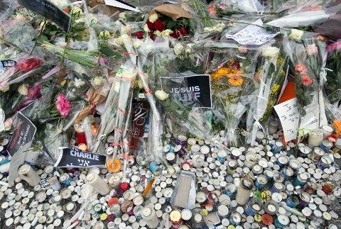 Blomster, lys og hilsener ved det jødiske supermarkedet i Paris der fire gisler ble drept under terroren i januar i fjor. Petter Sørlie minner om at attentatmennene kom over grensen fra Belgia, at landegrenser ikke stanser terrorister.