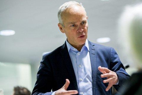 Premierer større kommuner: Statsråd Jan Tore Sanner kommer med en gavepakke til Fredrikstad.  Arkivfoto: scanpix